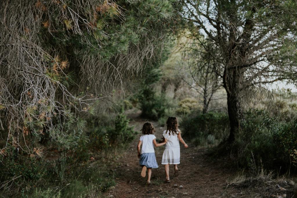 Photographe famille Perpignan - Enfants de dos qui court dans les bois