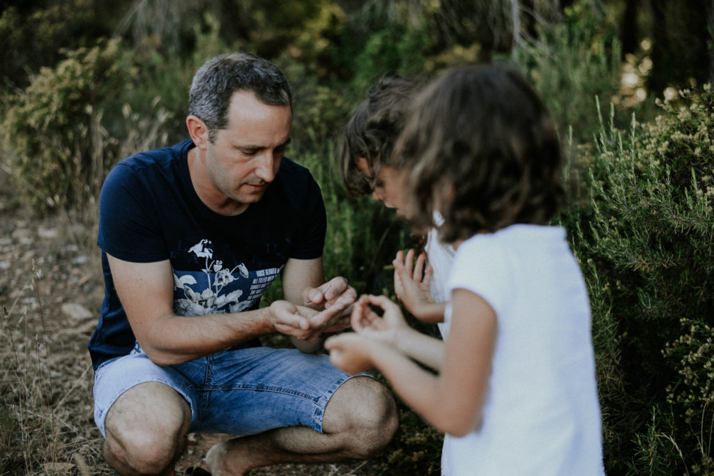 Père montrant un mue de cigale à ses enfants