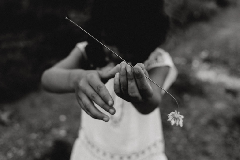 Enfant montrant une fleur