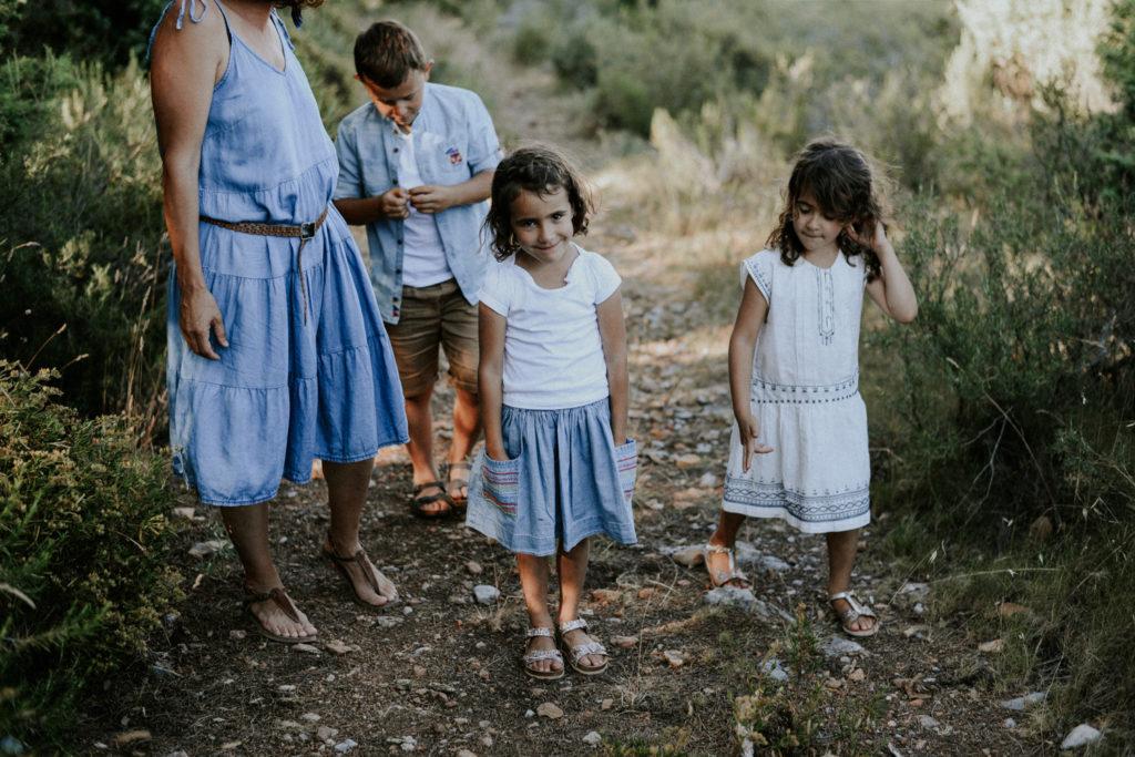 Enfants sur un chemin
