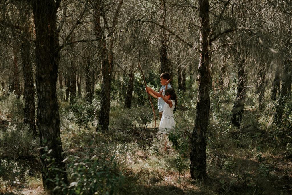 Enfants jouant dans la forêt