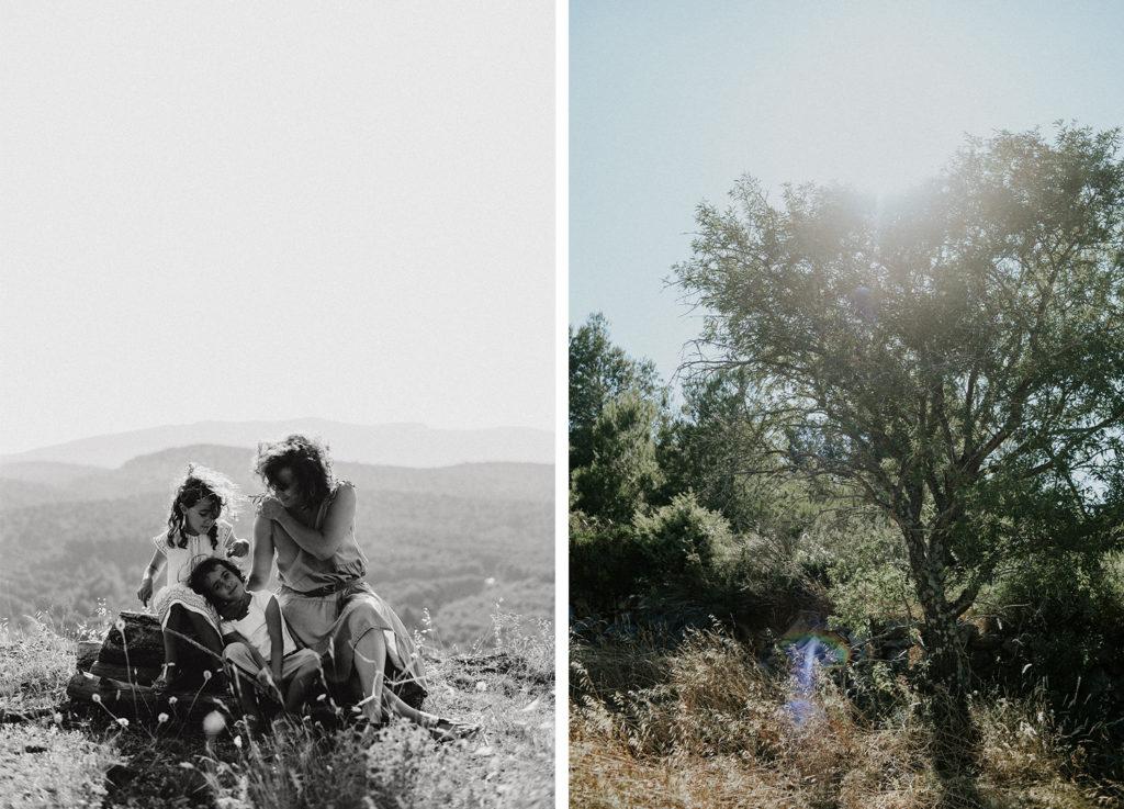 Mère avec ses deux filles assises sur un rondin de bois et arbre