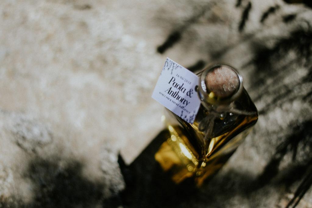 Cadeau invité mariage - Bouteille huile d'olive posée sur une pierre