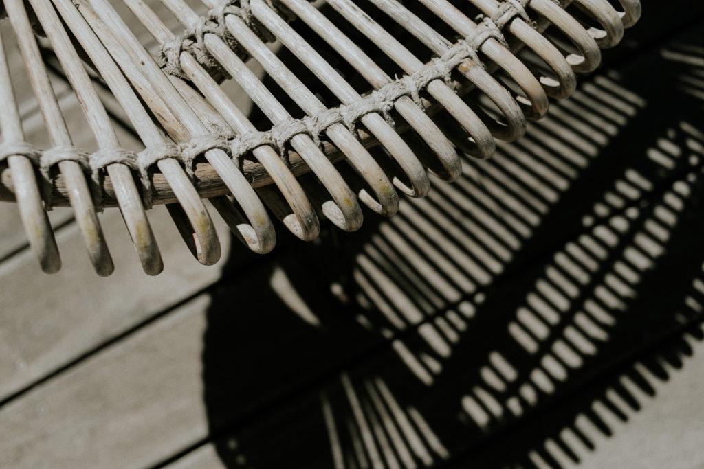 Gros plan sur une chaise en rotin