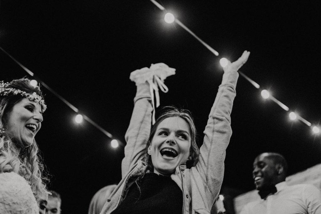 Femme levant les bras en l'air