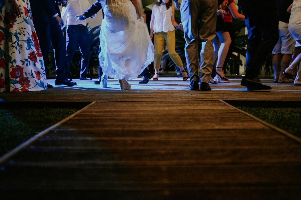 Photographe mariage mas lazuli rosas - groupe de personnes qui danse