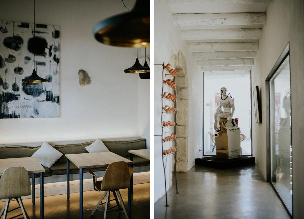 Table de restaurant et sculpture d'un homme dans un couloir