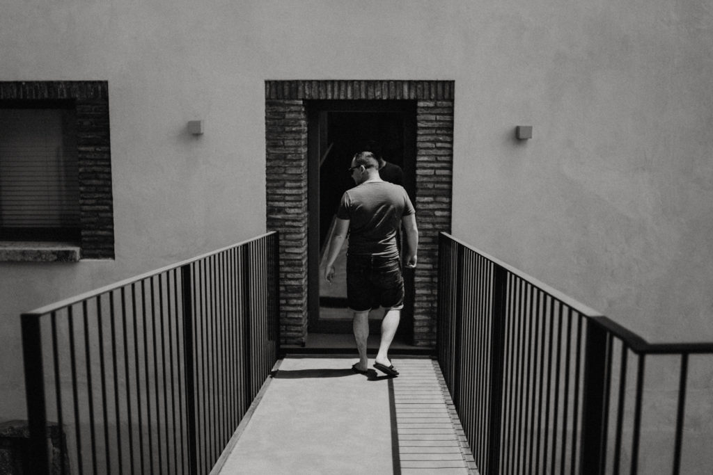 Homme de dos en train de marcher
