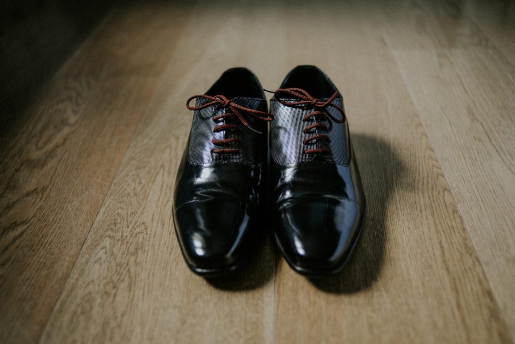 Une paire de chaussures posée au sol