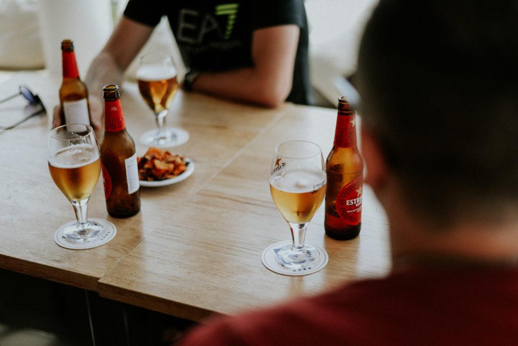 Verres posés sur une table