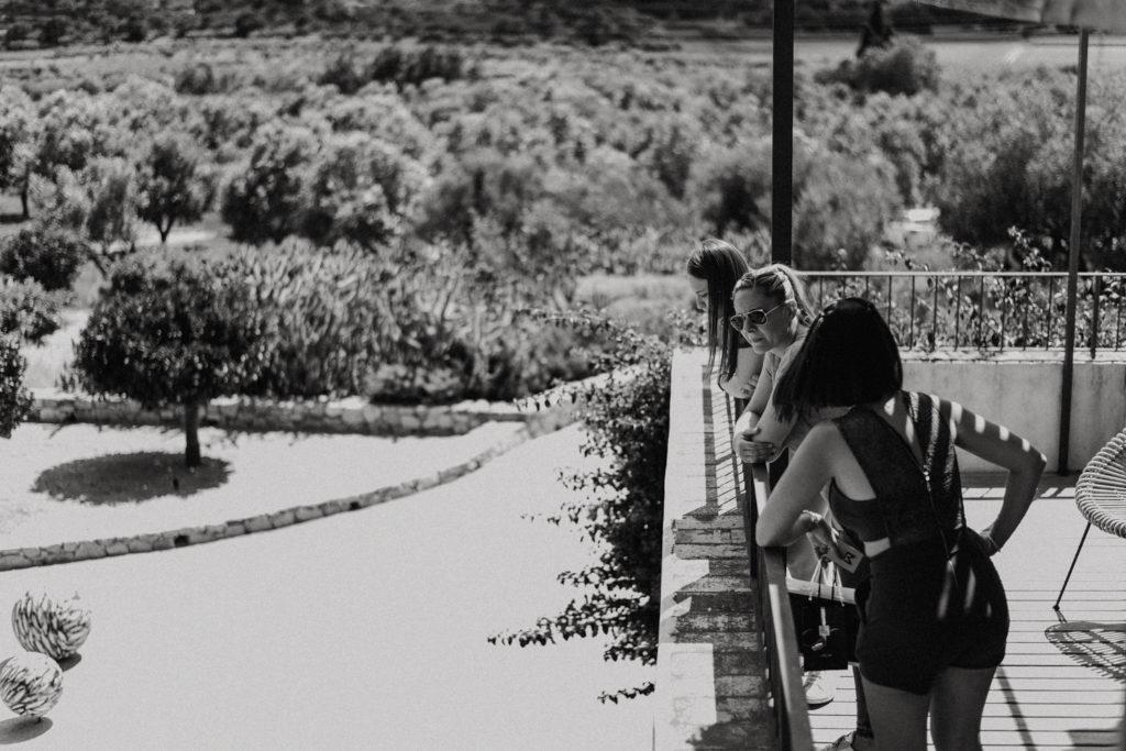 Femmes accoudées à la rambarde d'une terrasse