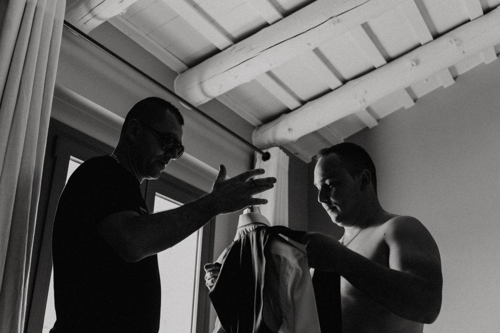 Hommes en train de s'habiller