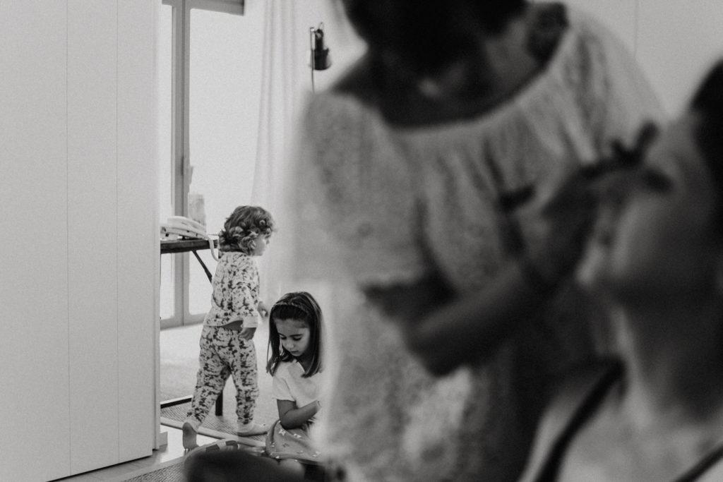 Enfants jouant dans un salon