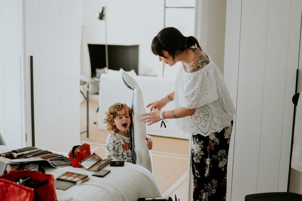 Enfant jouant dans une chambre