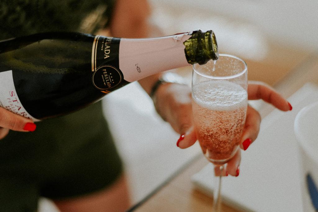 Femme versant du champagne dans un verre à pied