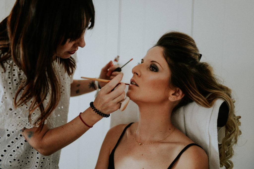 Femme se faisant maquiller la bouche