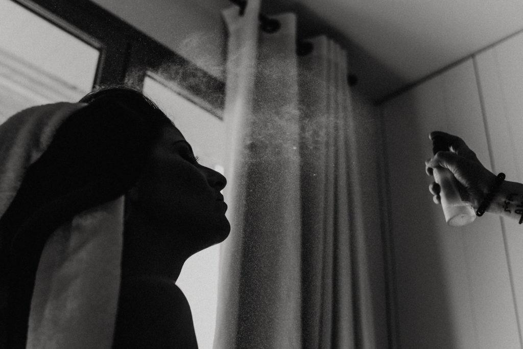 Femme se faisant laquer le visage