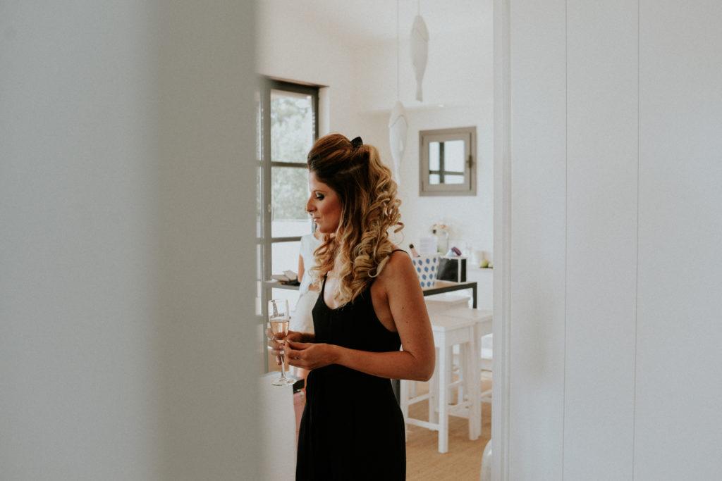 Femme avec un verre de champagne dans un salon