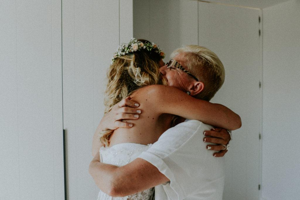 Femme embrassant sa mère