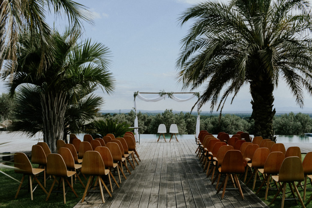 Photographe mariage hotel mas lazuli costa brava - Décor cérémonie laïque en bord de piscine