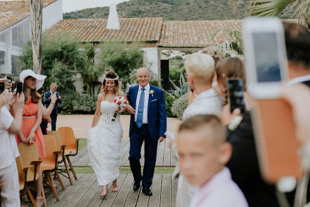 Mariée marchant dans l'allée au bras de son papa
