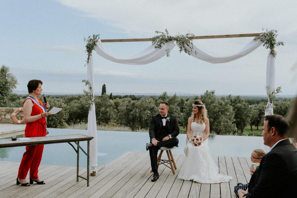 Mariés devant l'autel pendant leur cérémonie laïque