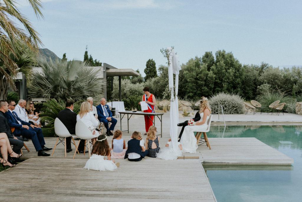 Plan d'ensemble d'une cérémonie laïque devant une piscine