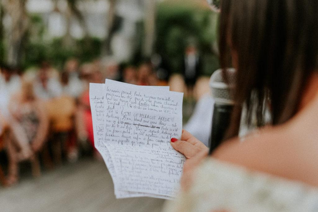 Femme tenant un discours écrit sur un papier