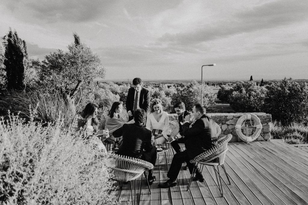 Groupe de personnes assis dans des fauteuils en rotin