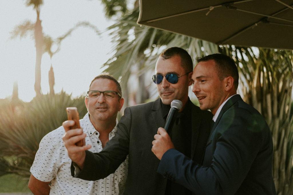 Trois personnes avec un micro et un téléphone