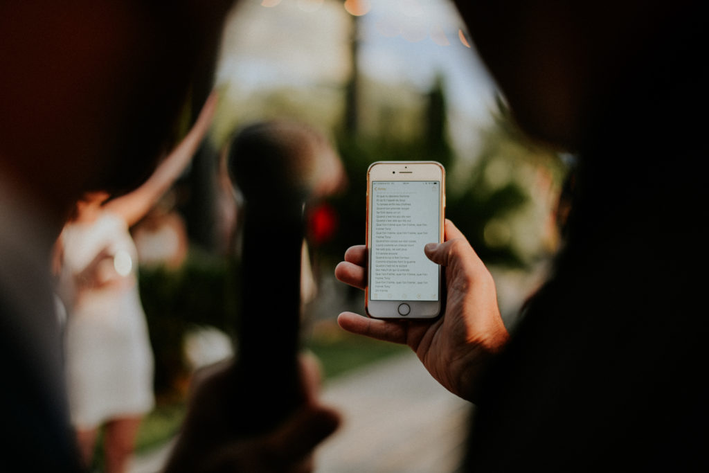 Téléphone portable dans une main