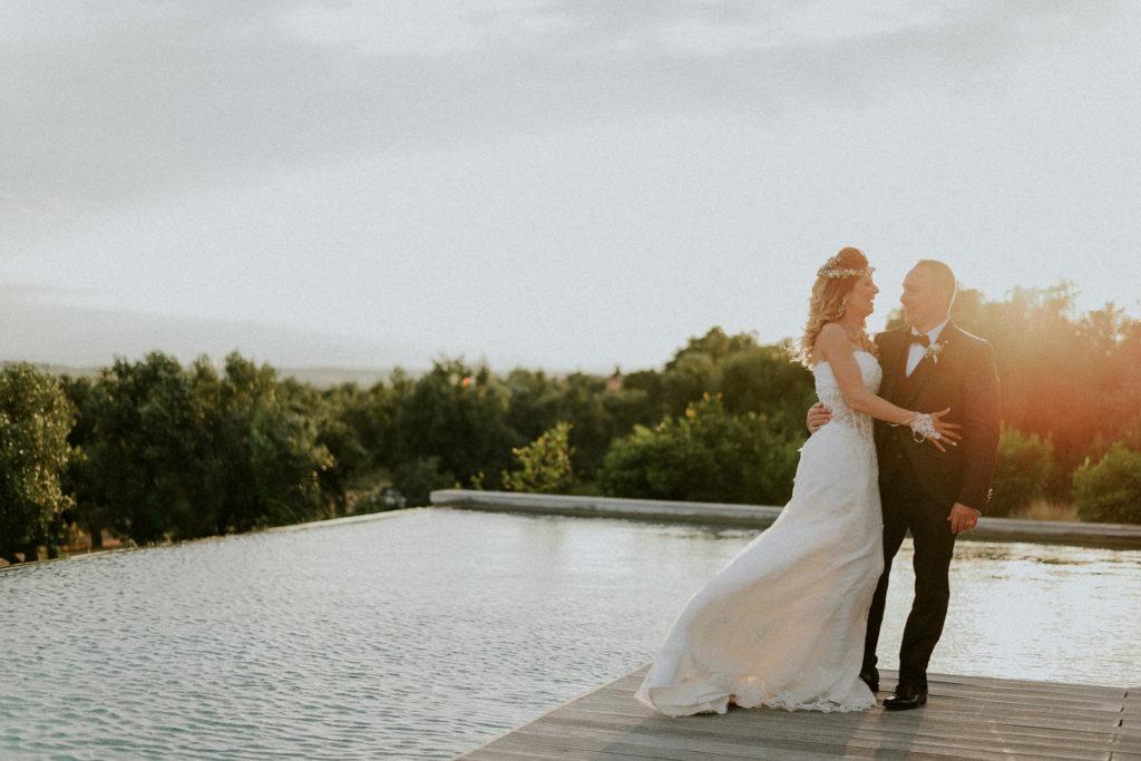 Jeunes mariés au bord de la piscine de l'hotel mas lazuli