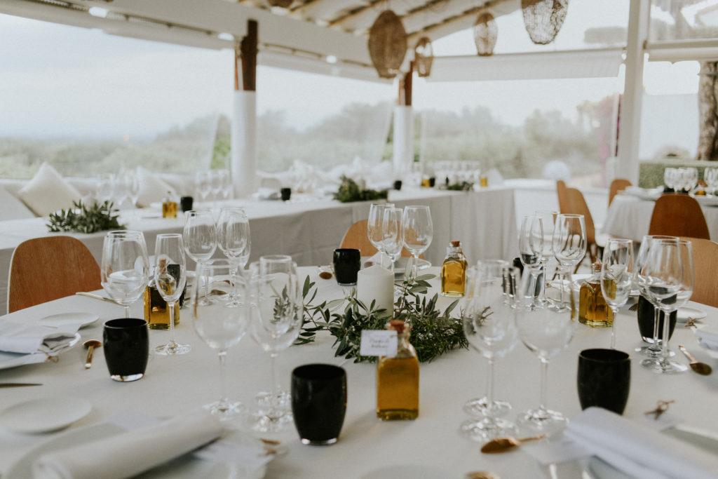 Détail d'une table de mariage avec une bougie au centre