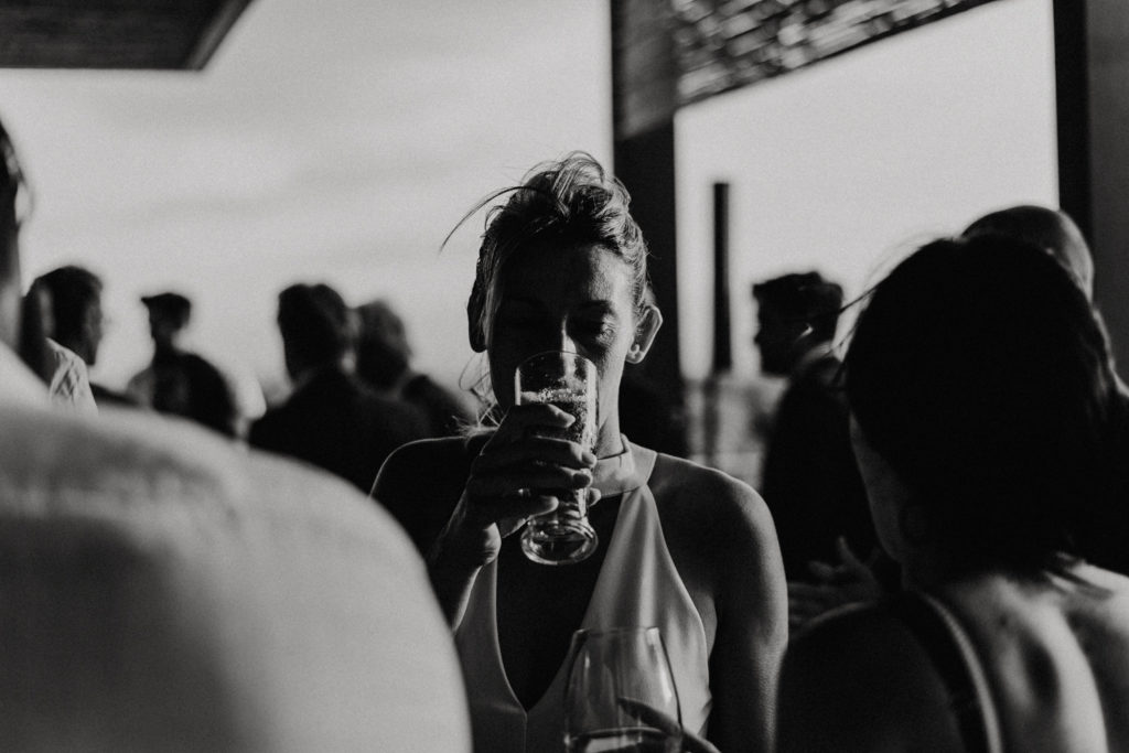 Femme buvant un verre