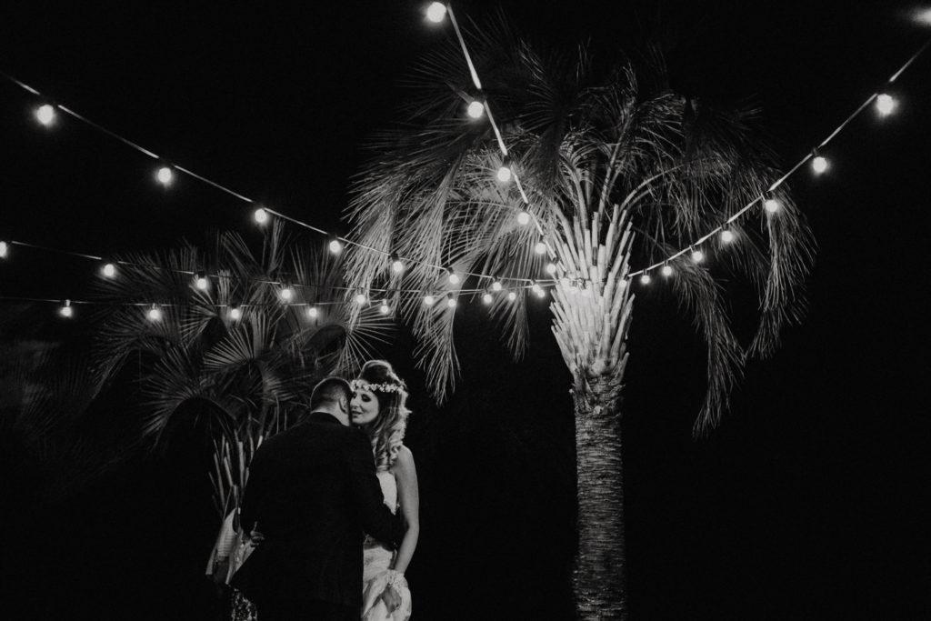 Jeunes mariés sous des guirlandes de lumières