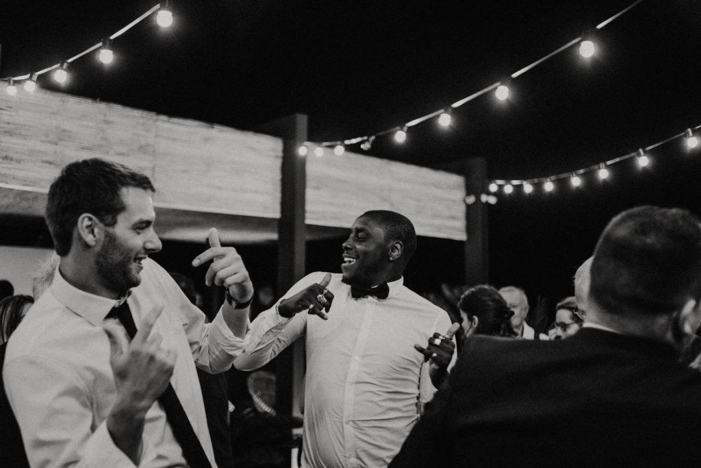 Hommes en train de danser