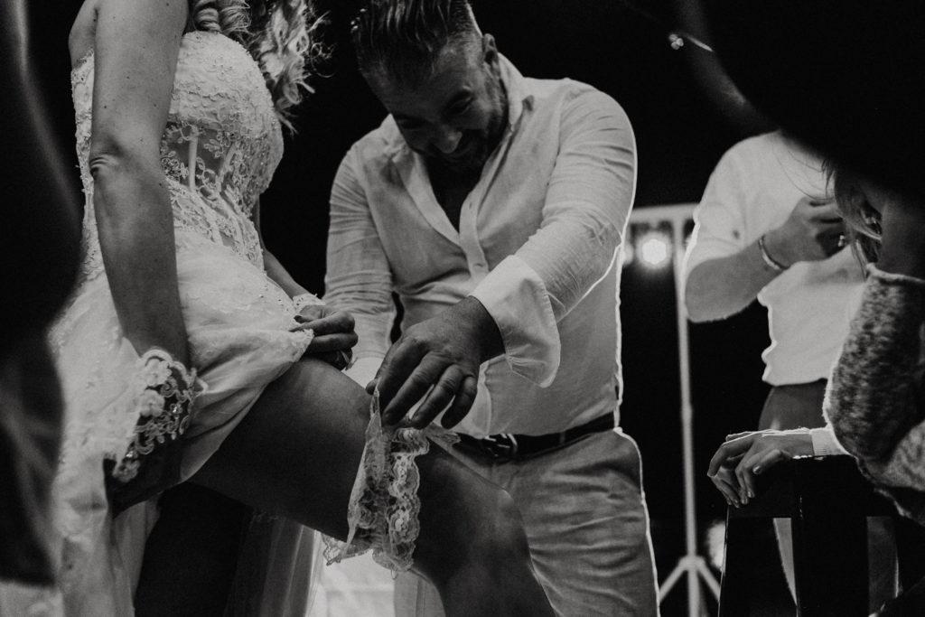 Homme enlevant la jarretière à la mariée