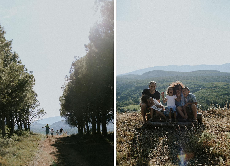Photographe famille Perpignan - Famille marchant de dos dans une forêt et famille assise sur un rondin de bois en train de faire des grimaces