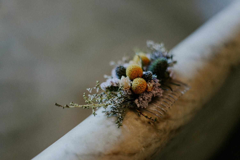 Photographe Mariage - Domaine Bellavista - Peigne floral sur rebord de baignoire réalisé par L'Herbe Folle Fleuriste Perpignan