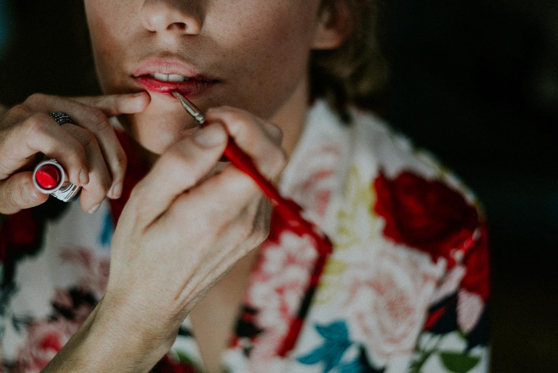 Photographe mariage Perpignan - Maquillage de la bouche de la future mariée à l'Hotel Casa 9 à Thuir