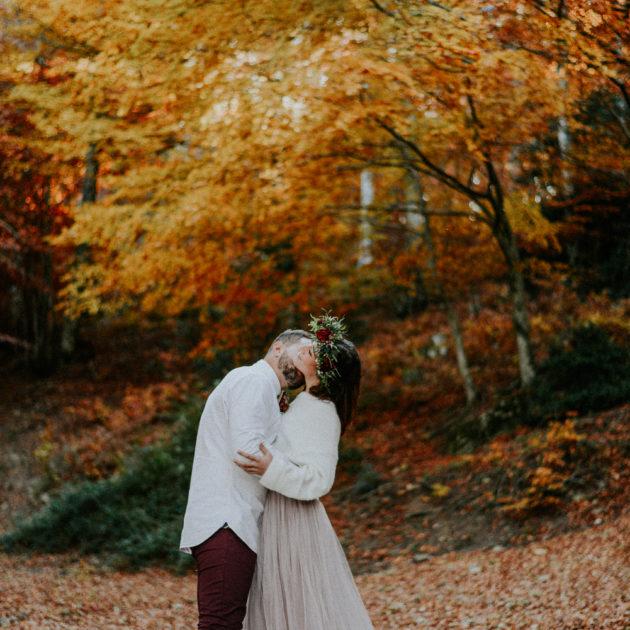 Photographe mariage Perpignan - Jeunes mariés au milieu de la forêt des Albères