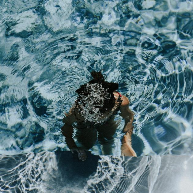 Photographe famille Narbonne - Femme sous l'eau qui fait des bulles lors d'une séance photo famille