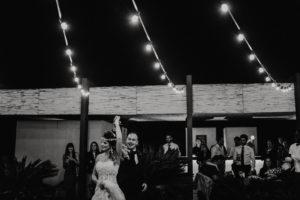 Photographe mariage Hotel Mas Lazuli Costa Brava - Jeunes mariés dansant sous des lumières guinguette en noir et blanc
