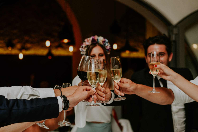 Photographe mariage hotel mas lazuli rosas - Groupe de personnes en train de porter un toast