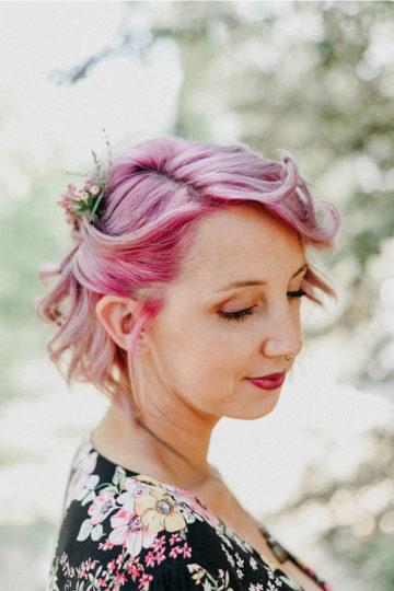 Portrait en couleur d'une femme avec les cheveux rose, cyrielle riba photographe