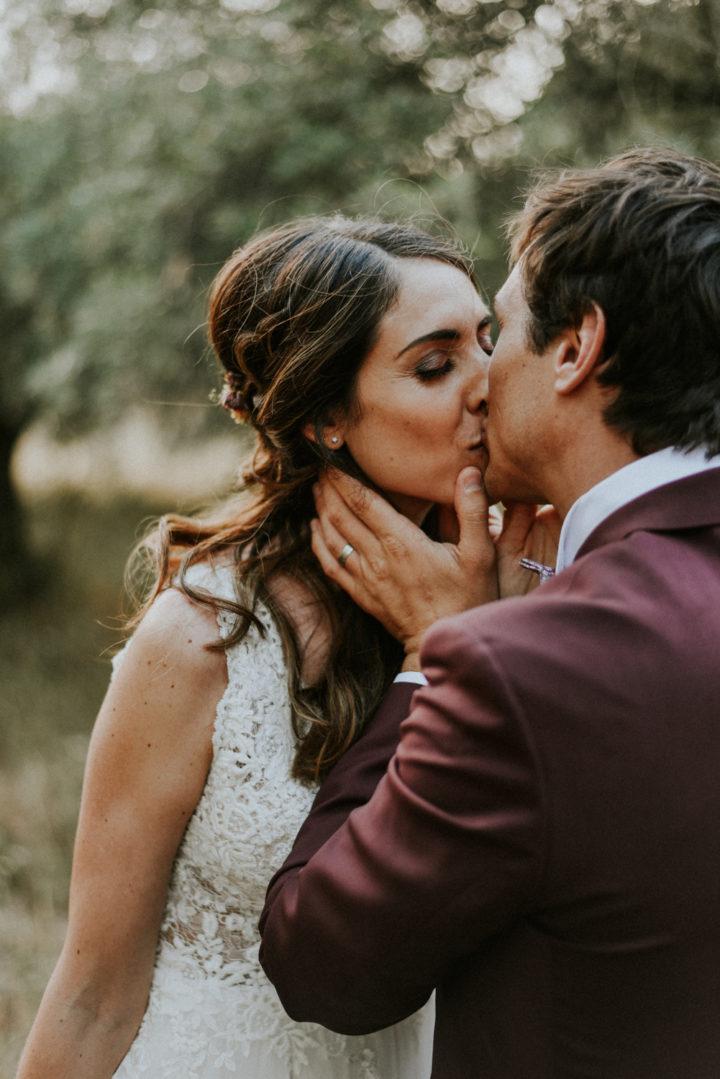 Photographe mariage Béziers - Couple qui s'embrasse dans un champs d'oliviers au Domaine de l'Ale à Capestang