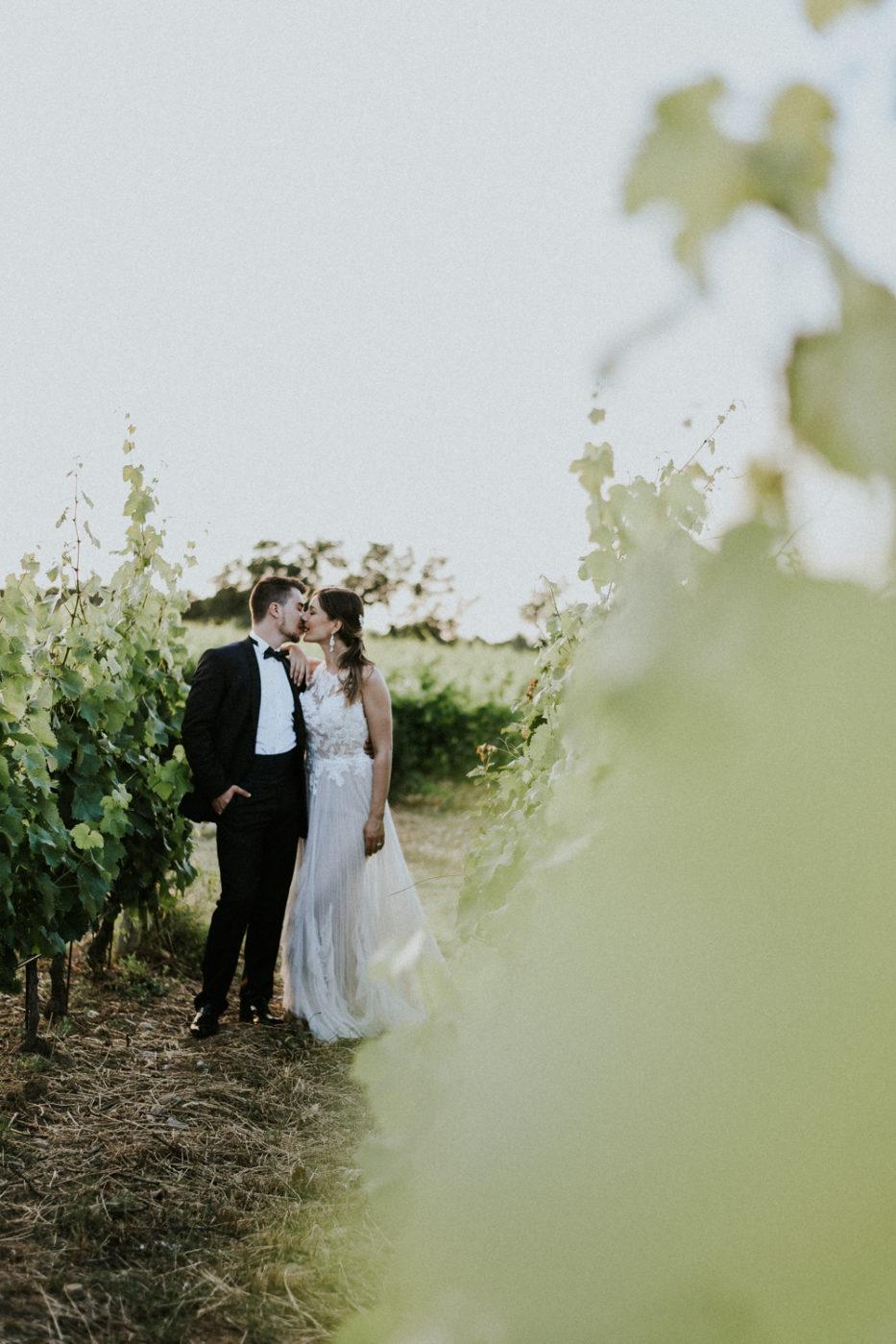 Photographe mariage Château Valmy Argeles sur Mer - Jeunes mariés dans les vignes