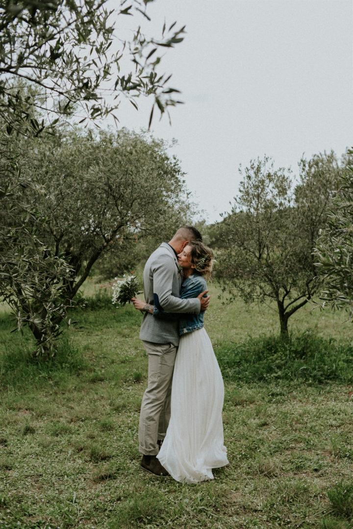 Photographe mariage Narbonne - Editorial bohème - Couple qui s'enlace dans un champs d'oliviers