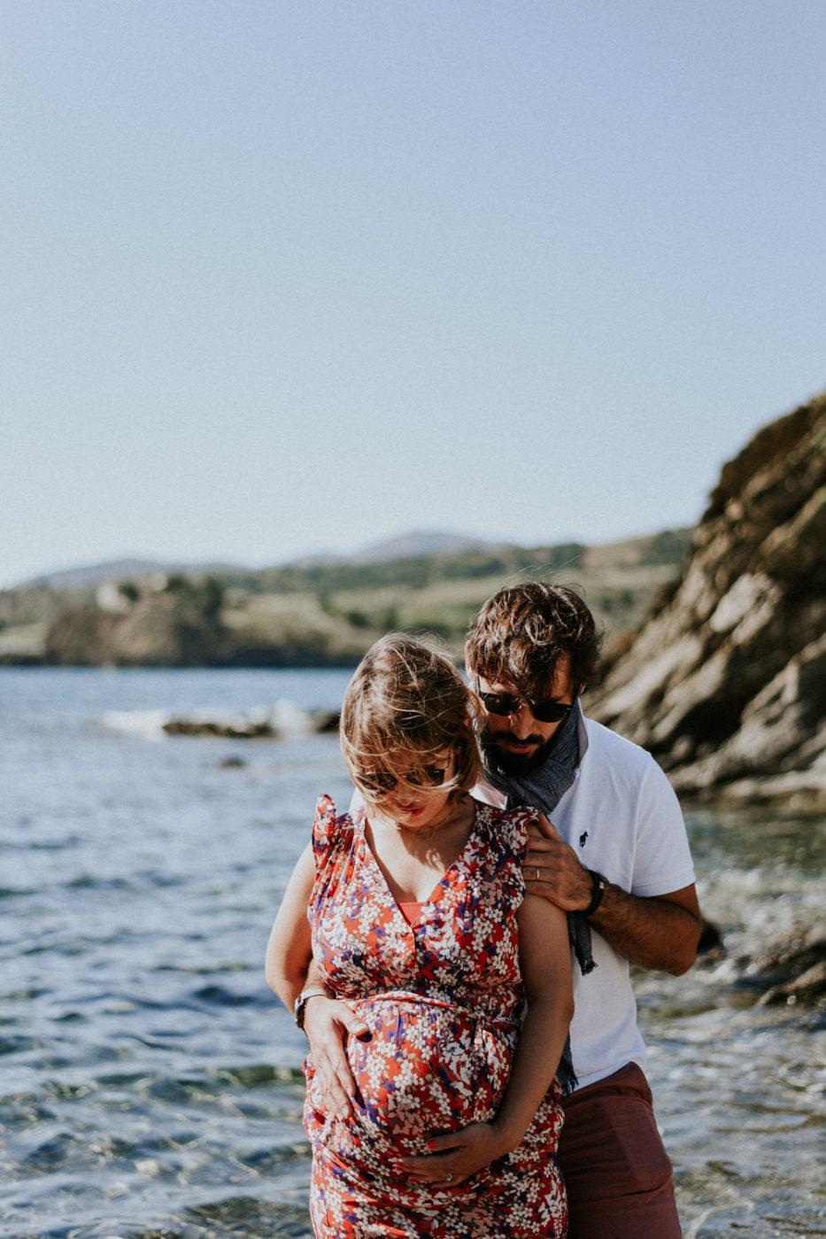 Photographe maternité grossesse perpignan - Homme et femme enceinte au bord de la mer au cap béar