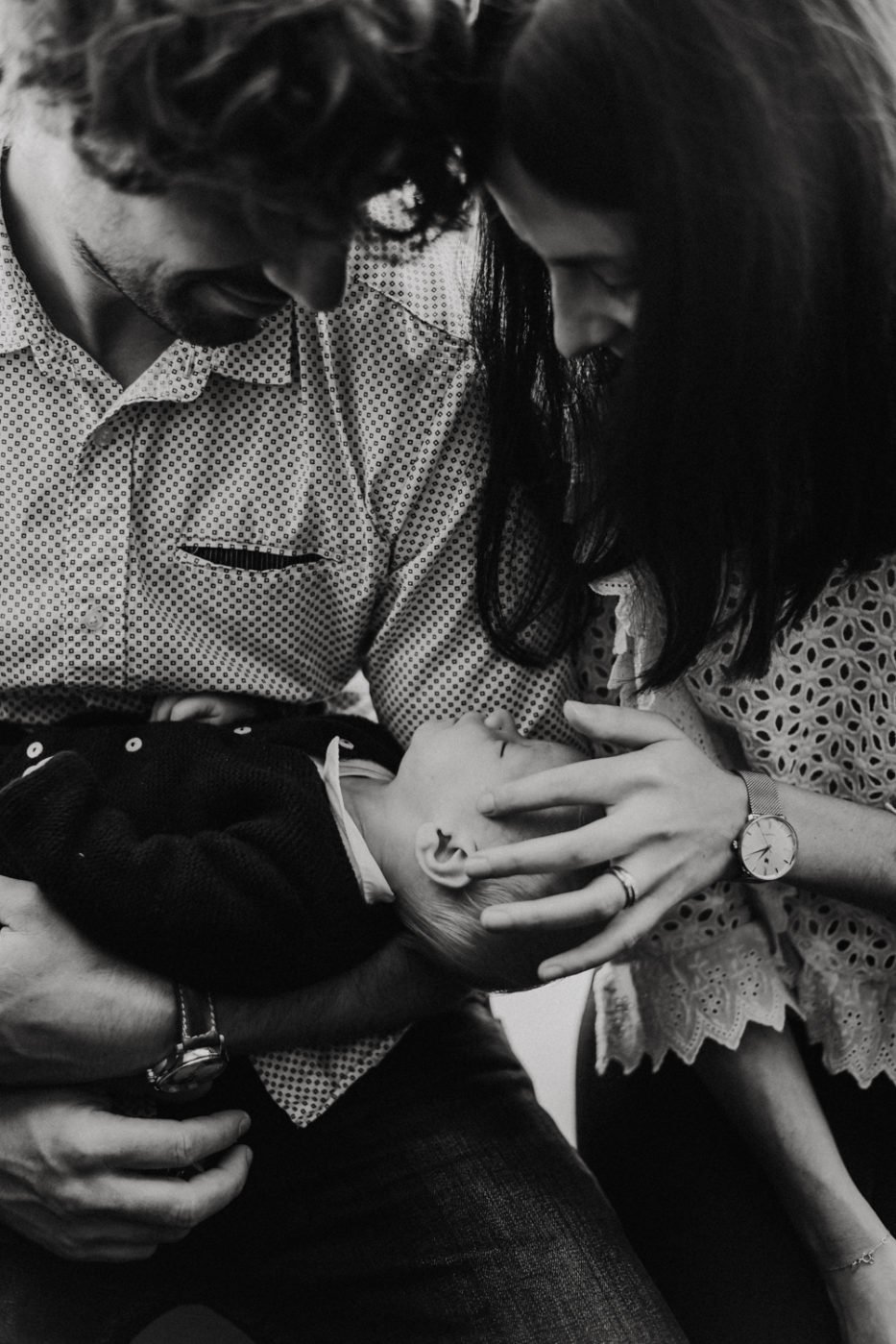 Photographe naissance Narbonne - Photographe nouveau né Carcassonne - Couple tenant leur enfant dans les bras